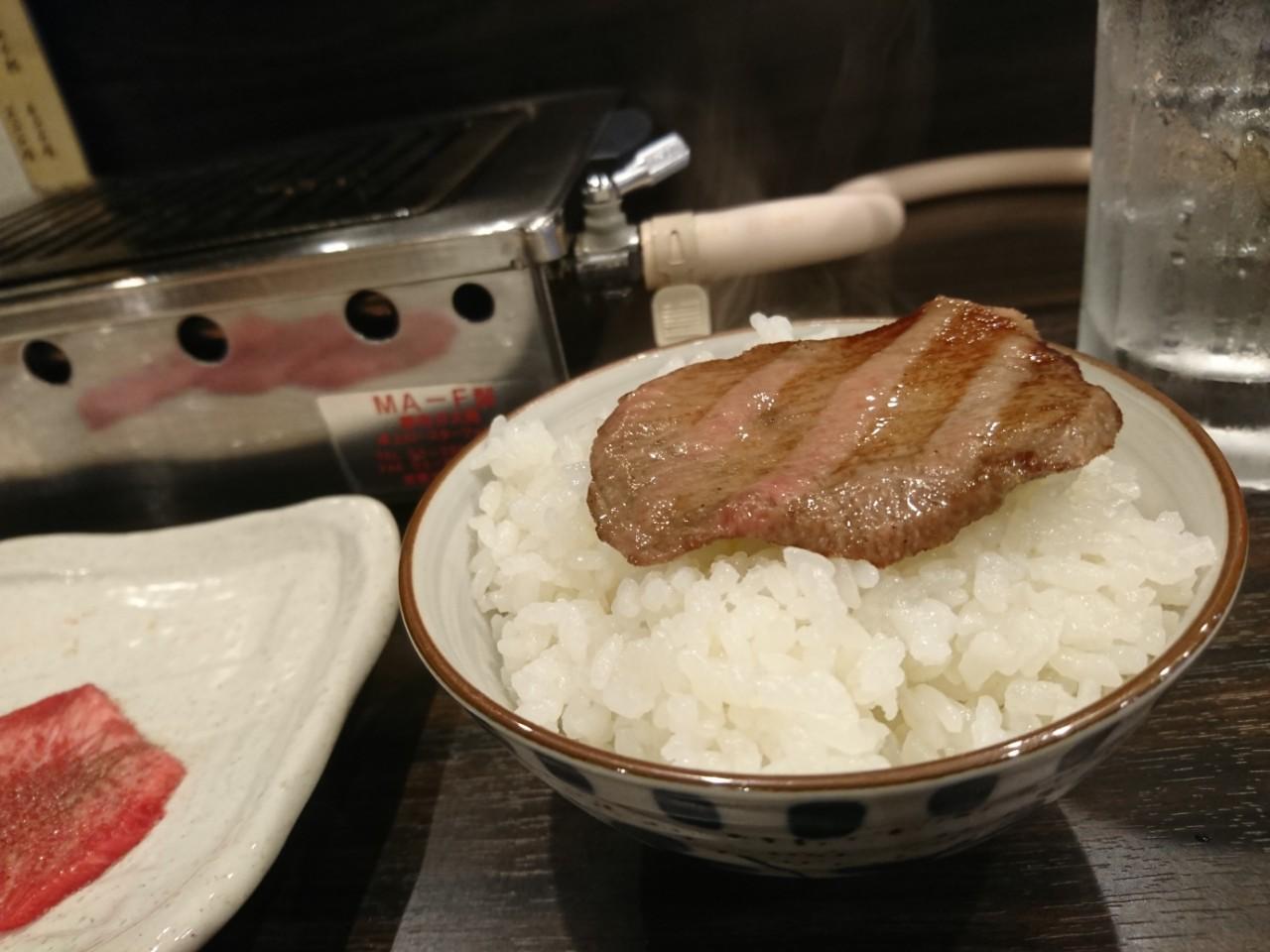 焼肉ホルモンまきでタン塩をご飯に乗せる