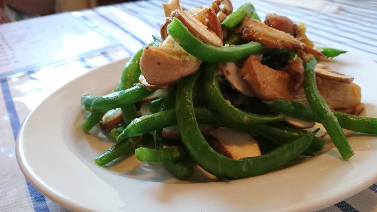 キッチンカワセミのきのこといんげんのサラダ