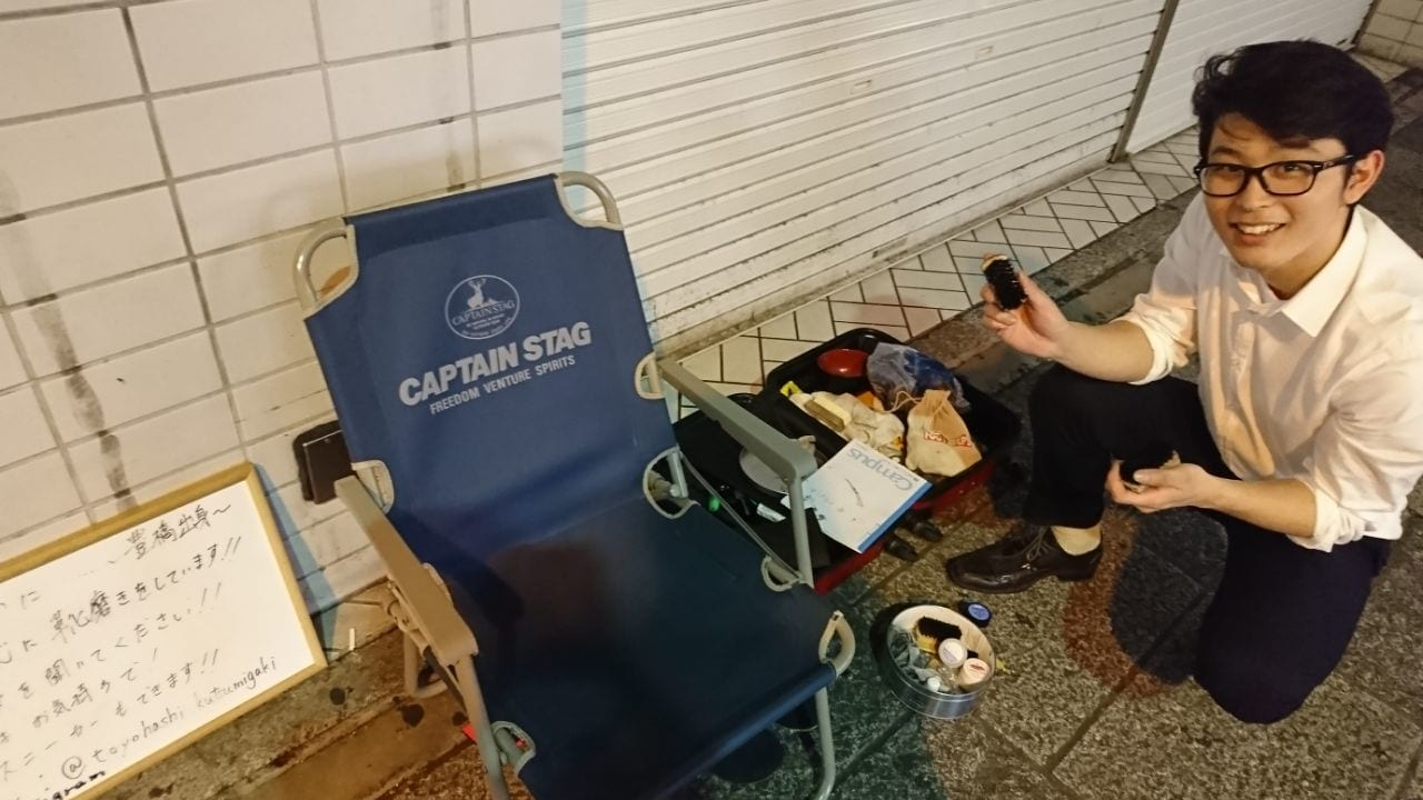 靴磨きをする坂本さん、仕事場の全体図
