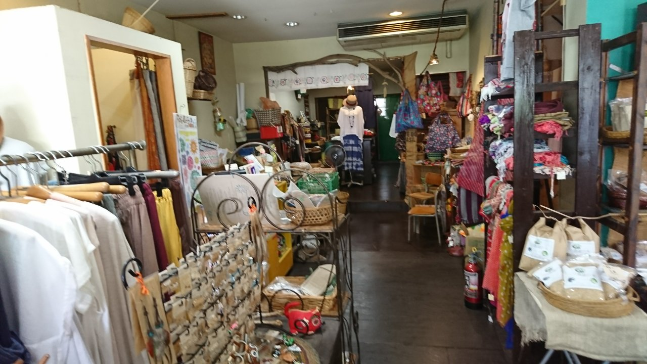 茶ー民カフェの店内、雑貨売り場
